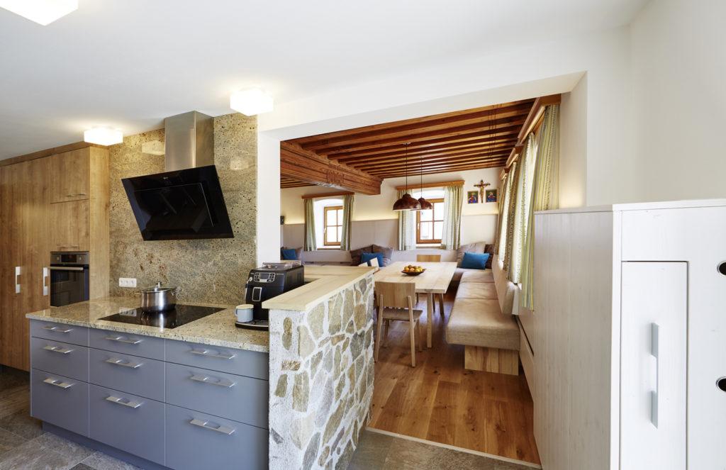 Küche mit Steinarbeitsplatte